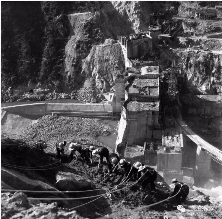湖北,郧县,70年代中期,郧县民兵峭壁排险