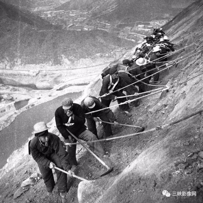 湖北,郧县,70年代中期,黄龙滩电站建设者在右岸峭壁上作业 姚侬正 摄